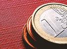 1-Euro Münzen auf roter Unterlage