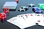 Pokerkarten und Würfel auf dem Tisch