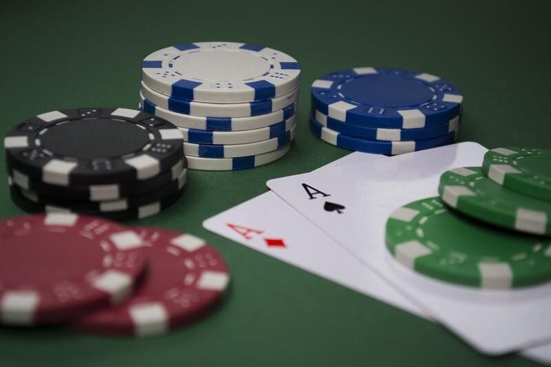 Pokertisch - Poker Chips und Karten