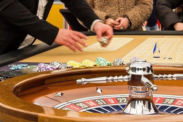 Spieler und Croupier am Roulette-Tisch