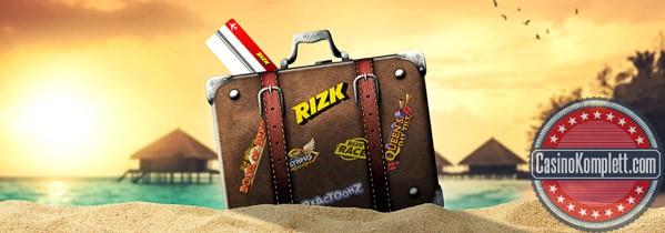 Reisetasche am Strand bei Sonnenuntergang